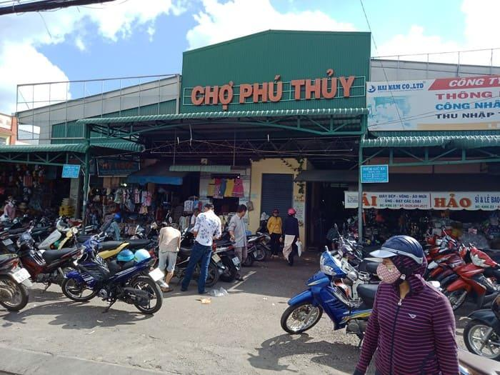 Chợ Phú Thủy rộng lớn